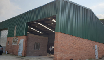 Recently finished warehouse with ample yard space and good height.